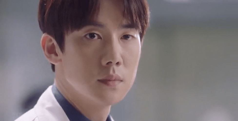 Picture of the character of doctor Kang Dong-joo staring at someone